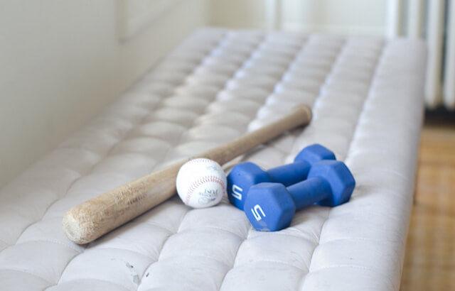 【野球】素振りを室内(家の中)でやる方法!狭い場所でもできるおすすめグッズも紹介します!